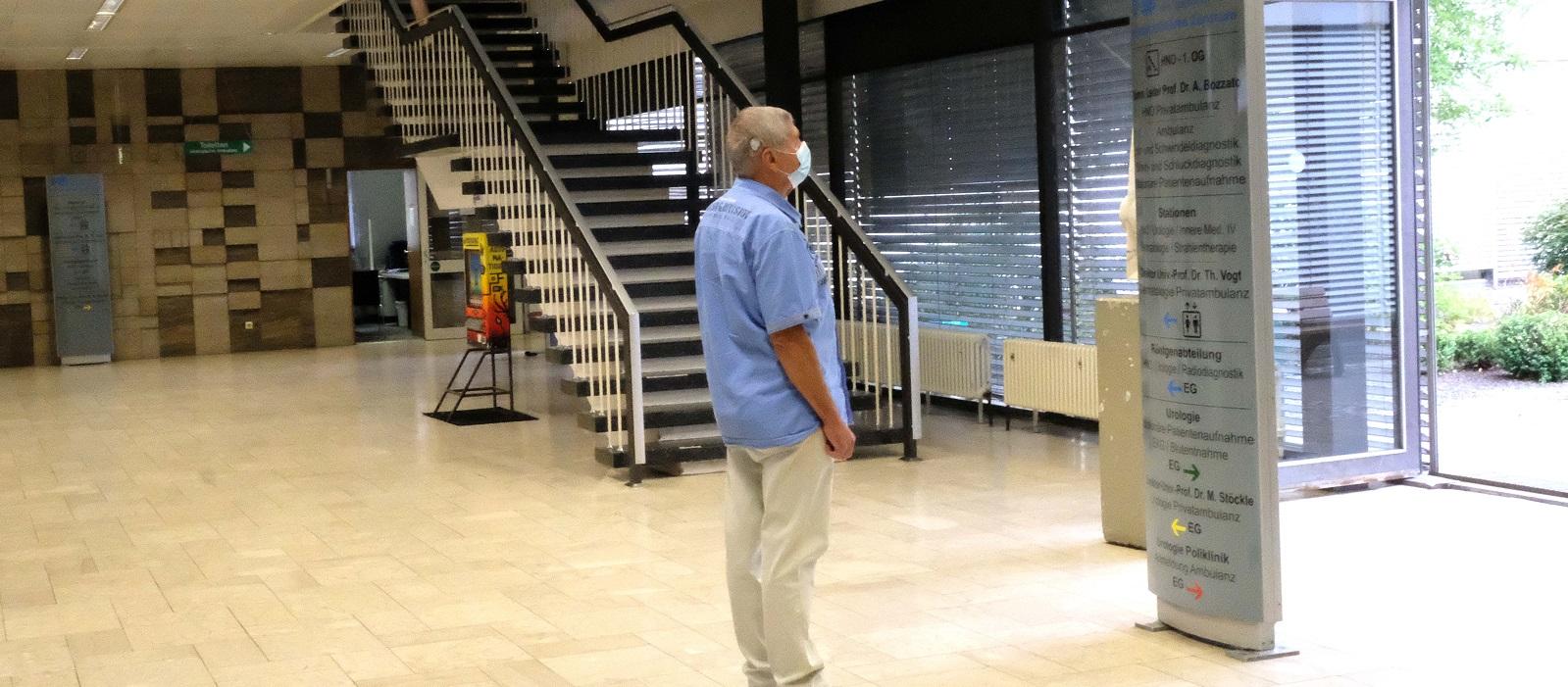 Foyer mit Treppenaufgang oder Aufzug